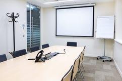 Κενή μικρή φωτεινή αίθουσα συνεδριάσεων Στοκ εικόνα με δικαίωμα ελεύθερης χρήσης