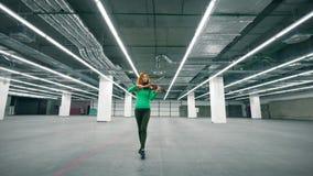 Κενή μονάδα αποθήκευσης με έναν θηλυκό βιολιστή που παίζει το όργανο απόθεμα βίντεο