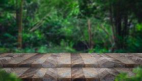 Κενή ξύλινη επιτραπέζια κορυφή βημάτων grunge με το δέντρο θαμπάδων στο τροπικό πρόσθιο μέρος Στοκ Εικόνες