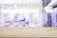 Κενή ξύλινη επιτραπέζια κορυφή με το νοσοκομείο θαμπάδων με το φως bokeh στην πλάτη στοκ φωτογραφίες με δικαίωμα ελεύθερης χρήσης