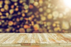 Κενή ξύλινη επιτραπέζια κορυφή στη θολωμένη δέσμη των κούτσουρων Μπορέστε montage ή Di Στοκ Φωτογραφίες