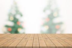 Κενή ξύλινη επιτραπέζια κορυφή στο θολωμένο υπόβαθρο από το γράμμα Τ Χριστουγέννων Στοκ Εικόνες