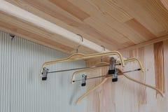 Κενή ξύλινη ένωση ντουλαπών και υφασμάτων Στοκ φωτογραφία με δικαίωμα ελεύθερης χρήσης