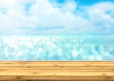 Κενή ξύλινη επιτραπέζια κορυφή για το προϊόν disply με τον μπλε ωκεανό θαμπάδων και Στοκ εικόνα με δικαίωμα ελεύθερης χρήσης