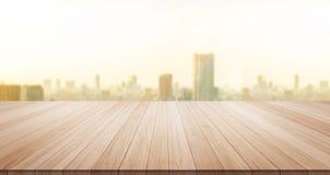 Κενή ξύλινη κορυφή επιτραπέζιων πατωμάτων για το προϊόν επίδειξης ή montage Στοκ φωτογραφίες με δικαίωμα ελεύθερης χρήσης