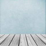 Κενή ξύλινη πλατφόρμα προοπτικής την αφηρημένη ανοικτό μπλε σύσταση υποβάθρου που χρησιμοποιείται με ως πρότυπο Στοκ Φωτογραφίες