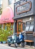 Κενή οδός με δύο εκλεκτής ποιότητας μοτοσικλέτες Vespa, την παλαιά παραδοσιακή αρχιτεκτονική και τα σπίτια στη periferic περιοχή  στοκ φωτογραφίες με δικαίωμα ελεύθερης χρήσης