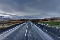 Κενή οδός με το ισλανδικό τοπίο κατά τη διάρκεια της χρυσής ώρας ανατολής Στοκ εικόνες με δικαίωμα ελεύθερης χρήσης