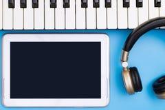 Κενή οθόνη ταμπλετών με την έννοια μουσικής αντικειμένου στούντιο μουσικής Στοκ Εικόνες