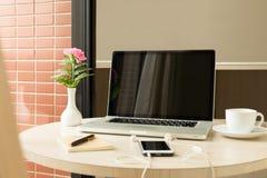 Κενή οθόνη lap-top με το φλυτζάνι λουλουδιών και τηλεφώνων και καφέ κυττάρων στοκ φωτογραφίες