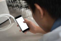 Κενή οθόνη smartphone ισχυρών κτυπημάτων αφής δάχτυλων πληγμάτων χρήσης ατόμων Στοκ Φωτογραφίες