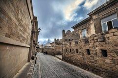 Κενή οδός στην παλαιά πόλη του Μπακού, Αζερμπαϊτζάν Παλαιά πόλη Μπακού Κτήρια καρδιών της πόλης Στοκ Εικόνες
