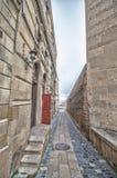 Κενή οδός στην παλαιά πόλη του Μπακού, Αζερμπαϊτζάν Παλαιά πόλη Μπακού Κτήρια καρδιών της πόλης Στοκ φωτογραφία με δικαίωμα ελεύθερης χρήσης