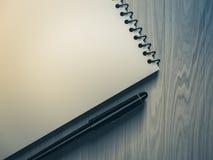κενή πέννα εγγράφου σημειώ&s στην ξύλινη ανασκόπηση Στοκ φωτογραφία με δικαίωμα ελεύθερης χρήσης