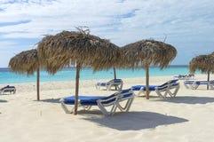 Κενή παραλία στη χαμηλή εποχή, τους αργοσχόλους ήλιων και τις ομπρέλες Στοκ εικόνα με δικαίωμα ελεύθερης χρήσης