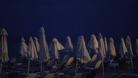 Κενή παραλία τη νύχτα και ερχόμενη θύελλα φιλμ μικρού μήκους