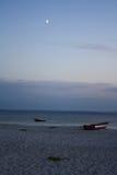 Κενή παραλία στο λυκόφως Στοκ φωτογραφία με δικαίωμα ελεύθερης χρήσης