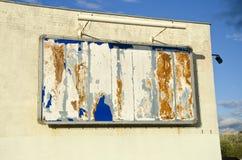 Κενή παλαιά διαφημιστική επιτροπή grunge στον τοίχο σπιτιών πόλεων Στοκ φωτογραφία με δικαίωμα ελεύθερης χρήσης