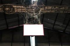 Κενή πινακίδα στην παλαιά εγκαταλειμμένη αποθήκη εμπορευμάτων Στοκ φωτογραφίες με δικαίωμα ελεύθερης χρήσης