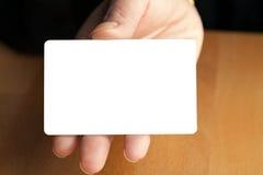 Κενή πιστωτική κάρτα εκμετάλλευσης χεριών Στοκ Εικόνες