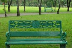 Κενή πράσινη καρέκλα στο δημόσιο πάρκο στοκ εικόνα με δικαίωμα ελεύθερης χρήσης