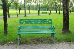 Κενή πράσινη καρέκλα στο δημόσιο πάρκο στοκ εικόνα