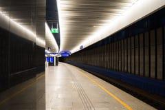 Κενή πλατφόρμα τραίνων που επεκτείνεται μακριά στην απόσταση Στοκ Φωτογραφία