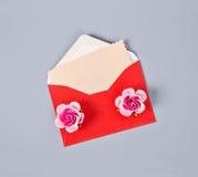Κενή ροζ κάρτα εγγράφου στην κόκκινη επιστολή φακέλων Στοκ Φωτογραφίες