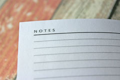 Κενή σελίδα σημειωματάριων στο αγροτικό ξύλινο κλίμα Στοκ Φωτογραφίες