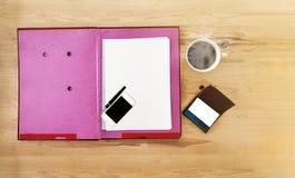 Κενή σημείωση εγγράφου τοπ άποψης για το φάκελλο αρχείων, κινητό τηλέφωνο, κινητό τηλέφωνο, Στοκ φωτογραφία με δικαίωμα ελεύθερης χρήσης