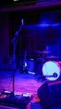 Κενή σκηνή συναυλίας βράχου με τα μουσικά όργανα Στοκ φωτογραφία με δικαίωμα ελεύθερης χρήσης