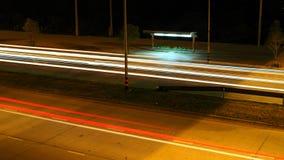 Κενή στάση λεωφορείου με το φωτεινό σηματοδότη νύχτας στοκ φωτογραφία