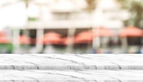 Κενή στάση τροφίμων βημάτων άσπρη μαρμάρινη τοπ με την ομπρέλα θαμπάδων στο RES Στοκ Φωτογραφίες
