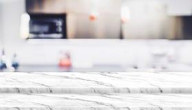 Κενή στάση τροφίμων επιτραπέζιων κορυφών βημάτων άσπρη μαρμάρινη με την εξάρτηση σπιτιών θαμπάδων Στοκ φωτογραφία με δικαίωμα ελεύθερης χρήσης