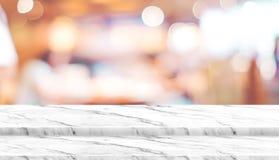 Κενή στάση τροφίμων επιτραπέζιων κορυφών βημάτων μαρμάρινη με το εστιατόριο καφέδων θαμπάδων Στοκ φωτογραφία με δικαίωμα ελεύθερης χρήσης