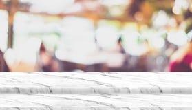Κενή στάση τροφίμων επιτραπέζιων κορυφών βημάτων μαρμάρινη με το εστιατόριο καφέδων θαμπάδων Στοκ εικόνα με δικαίωμα ελεύθερης χρήσης