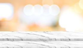 Κενή στάση τροφίμων επιτραπέζιων κορυφών βημάτων μαρμάρινη με το εστιατόριο καφέδων θαμπάδων Στοκ Φωτογραφίες