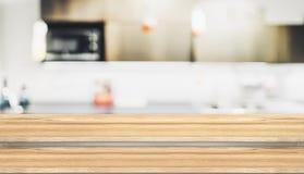 Κενή στάση τροφίμων επιτραπέζιων κορυφών βημάτων ξύλινη με την ΤΣΕ κουζινών σπιτιών θαμπάδων Στοκ εικόνα με δικαίωμα ελεύθερης χρήσης
