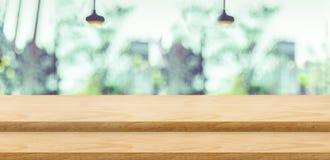 Κενή στάση τροφίμων επιτραπέζιων κορυφών βημάτων ξύλινη με το πράσινο δέντρο θαμπάδων Στοκ Εικόνα