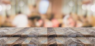 Κενή στάση τροφίμων επιτραπέζιων κορυφών βημάτων ξύλινη με το dini πελατών θαμπάδων Στοκ Φωτογραφία