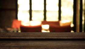 Κενή στάση τροφίμων επιτραπέζιων κορυφών βημάτων σκοτεινή ξύλινη με τον καφέ θαμπάδων restaur Στοκ Εικόνα