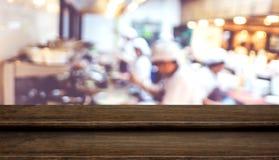 Κενή στάση τροφίμων επιτραπέζιων κορυφών βημάτων σκοτεινή ξύλινη με το μαγείρεμα αρχιμαγείρων θαμπάδων Στοκ φωτογραφία με δικαίωμα ελεύθερης χρήσης