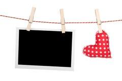 Κενή στιγμιαία φωτογραφία και κόκκινη καρδιά Στοκ φωτογραφίες με δικαίωμα ελεύθερης χρήσης