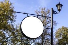 Κενή στρογγυλή πινακίδα, διαφήμιση, πίνακας πληροφοριών στον πόλο στο πάρκο στοκ εικόνες