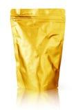 Κενή συσκευασία τροφίμων φύλλων αλουμινίου αργιλίου χρυσή που απομονώνεται στο άσπρο υπόβαθρο με το ψαλίδισμα της πορείας Στοκ Εικόνες