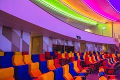 Κενή σύγχρονη αίθουσα συνεδριάσεων με όλα τα ζωηρόχρωμα φω'τα επάνω Στοκ Εικόνα
