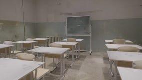 Κενή τάξη με τα ξύλινα γραφεία, τους λευκούς και πράσινους πίνακες κιμωλίας στο σχολείο τάξη κενή Εγκαταλειμμένη σχολική τάξη Στοκ Εικόνα