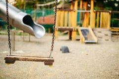 Κενή ταλάντευση αλυσίδων στην παιδική χαρά στο δημόσιο πάρκο Στοκ φωτογραφία με δικαίωμα ελεύθερης χρήσης