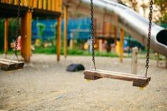 Κενή ταλάντευση αλυσίδων στην παιδική χαρά στο δημόσιο πάρκο Στοκ Εικόνα