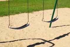 Κενή ταλάντευση στην αμμώδη παιδική χαρά Στοκ φωτογραφία με δικαίωμα ελεύθερης χρήσης